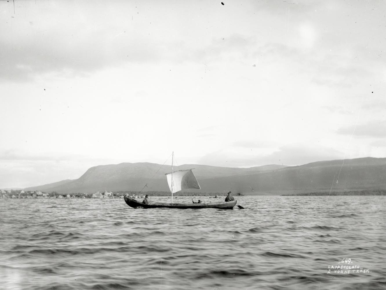 Samer seglar med forsbåt på Torneträsk den 4 augusti 1911.