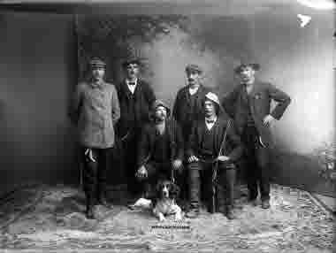 Längst till vänster Torsten Dahllöf och stående bredvid Lennart Appelberg, båda elektriker på LKAB. Ateljebilden är tagen efter bestigningen av Kebnekaise, som gjordes under storstrejken 1909.
