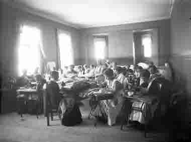 Gruppblild på syende kvinnor före 1920