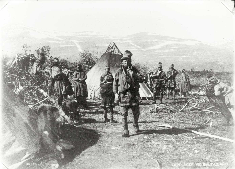 Samer utanför boställe i Rautasjärvi år 1904. Närmast kameran björndödaren Pingi.