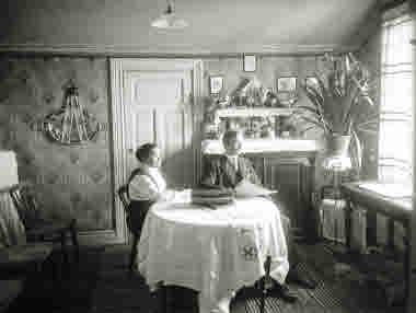 Interiör från hem i Kiruna,2 personer på bilden