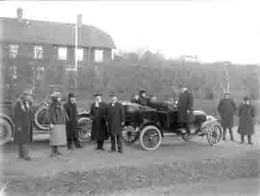 Bilande sällskap vid sina T-fordar 1920.