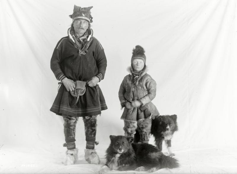 Samer, far och son med hundar.