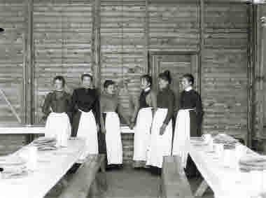 Servitriser på matservering omkring 1905.