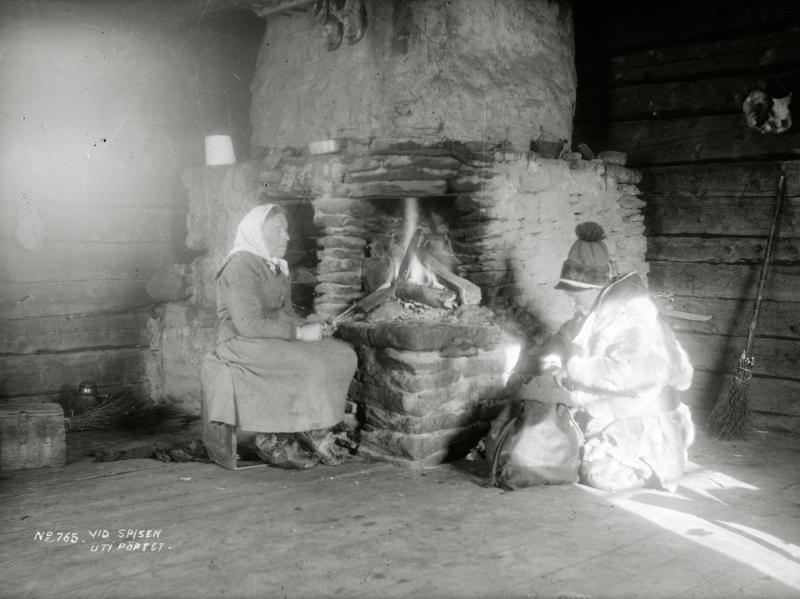 Johan Turi och okänd kvinna vid spisen i pörtet,Marjavaara den 27 mars 1913.