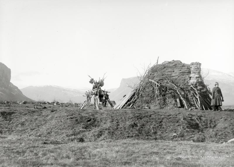 Sameboställe vid Rautasluspa med stenskorsten. Bild från 6 oktober 1915.