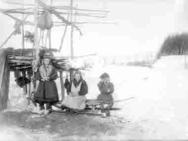 I vårsolens sken, stående Ellen Nilsdotter Tornensis. Bild från 29 mars 1913.