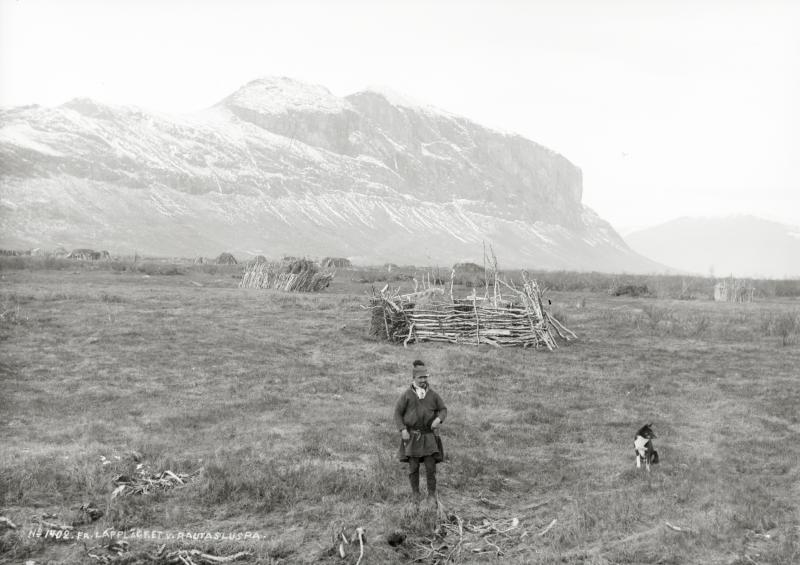 Sameläger i västra Rautasluspa. Lars Levi Pingi i förgrunden den 6 oktober 1915.