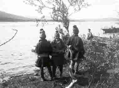 Tre samer vid Luossajärvi. Bild från 1905.