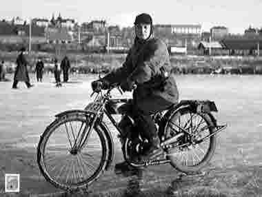 Med motorcykel på Luossajärvis blankis