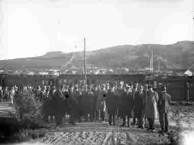 Gruppbild tåg i bakgrunden