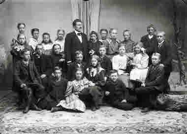 Folkskolärare Stenudd med sin skolklass 1911