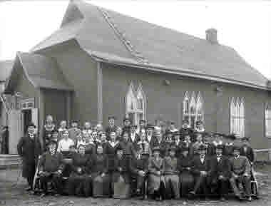 Gruppbild tagen vid babtist-kyrkan.