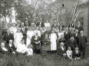 Högtidsdag gruppbild kring 1920.