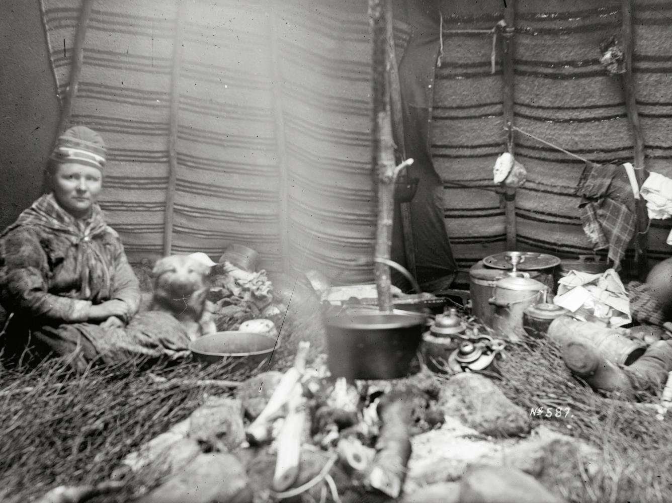 Interiör från kåta i Sarvasjokk den 12 juni 1911.