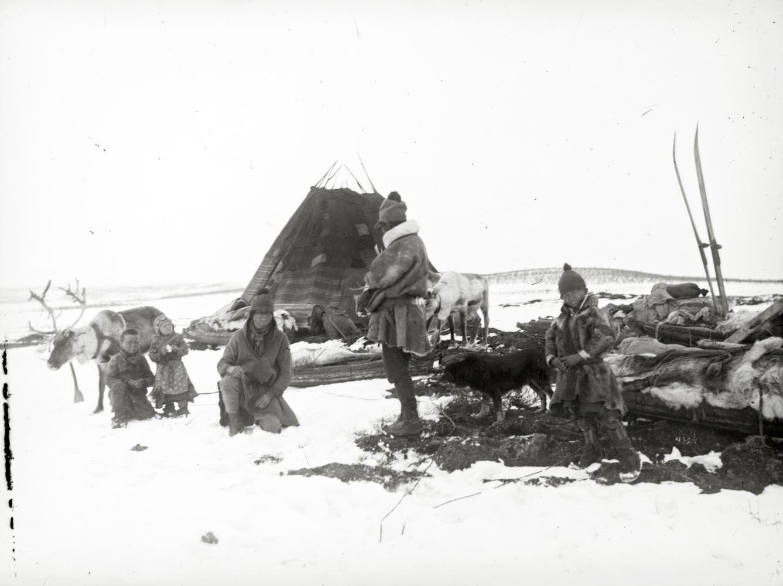 Samefamilj vid sitt boställe i Kalasvuoma år 1910.
