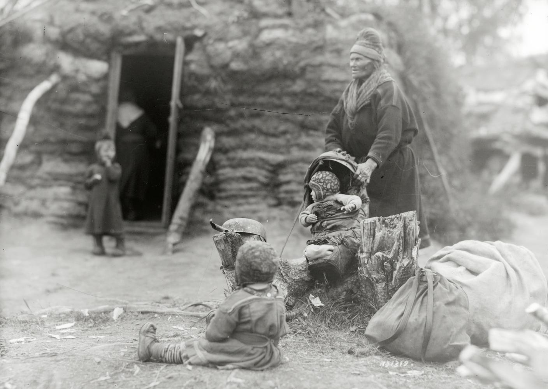 Nils Olsson Sarris mor och barn utanför bostället i Nikkaluokta den 22 augusti 1915.