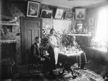Tre personer hemmiljö kring 1915$