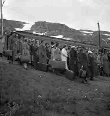 Norska Sjuksköterskor anländer till Sverge. Via malmbanan.