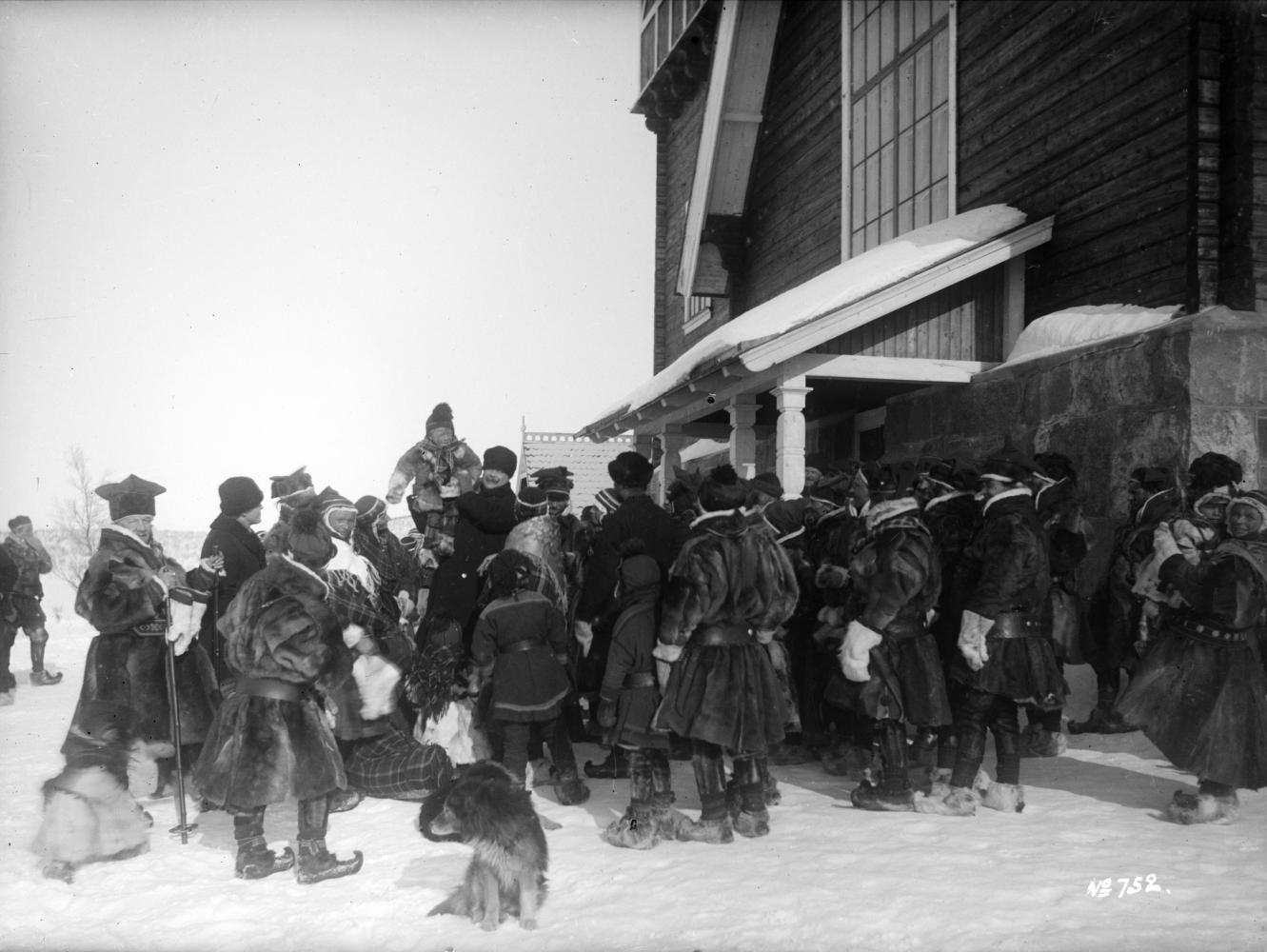 Landshövding Sydow bland samer utanför Karesuando kyrka den 23 mars 1913.