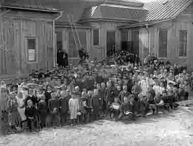 Samlingsbild utanför Bolagsskolan med elever och lärare år 1910. Samtida med bild nr 1321.