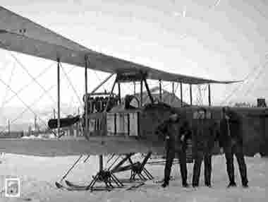 """Flygplan, modell """"dubbeldeckare"""" på Luossajärvis snötäckta is"""