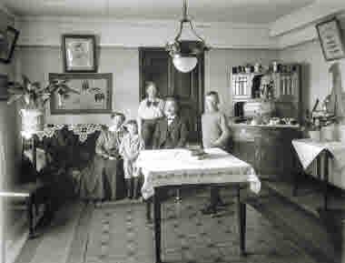 Interiör från hem i Kiruna,5 personer på bilden