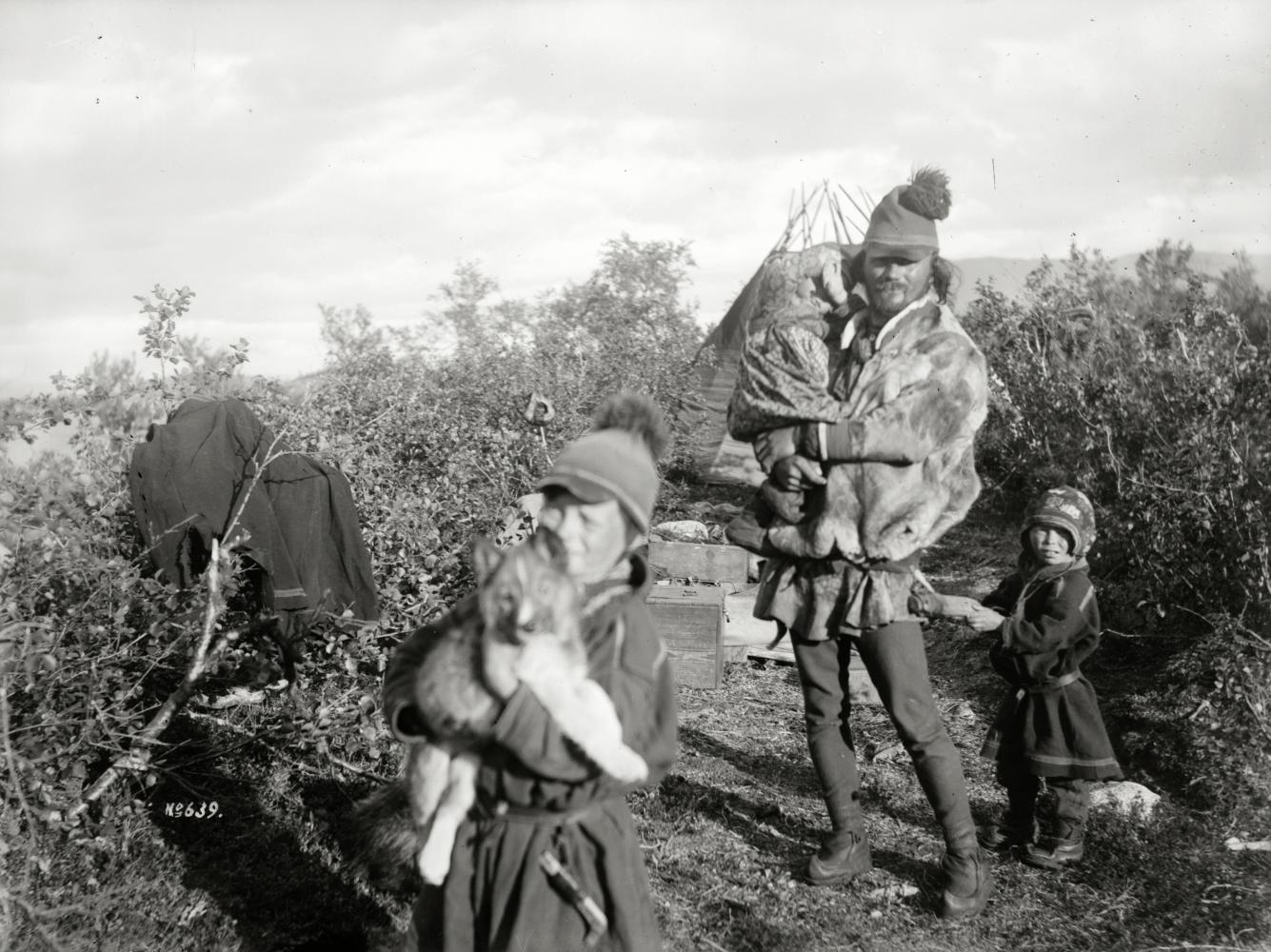 Kauppi med dottern Inga på armen samt två söner den 27 augusti 1911.