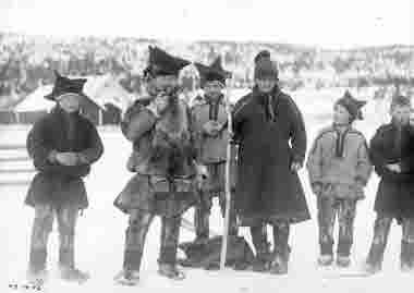 Johan Turi tillsammans med samer från Karasjokk den 4 mars 1914.