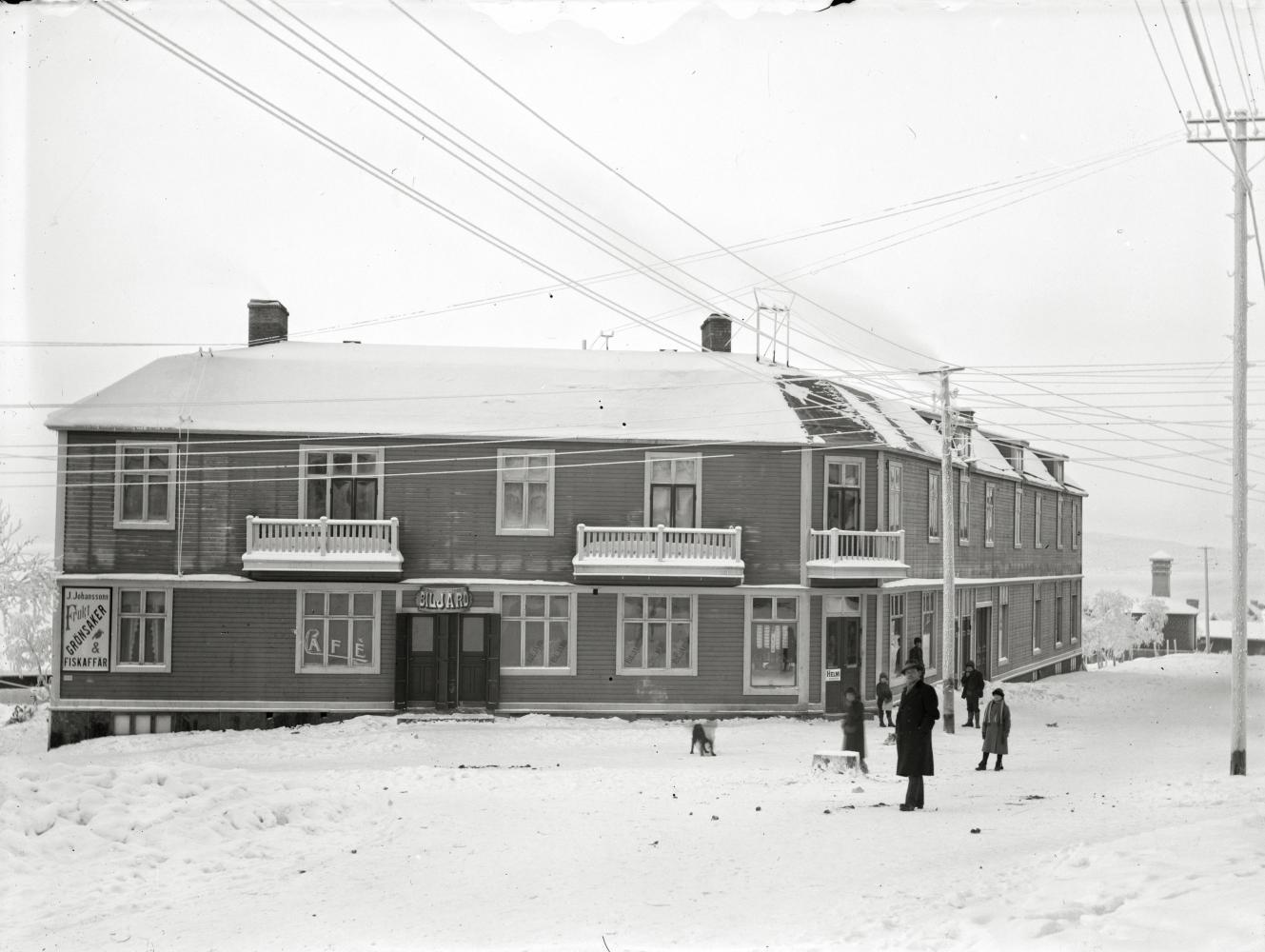 Hus i Kiruna med cafe´biljard,pappershandel m fl 1920.
