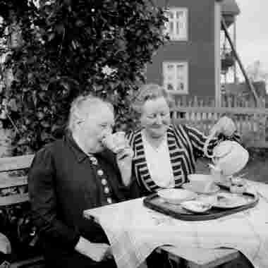 Kaffestund från höger Hanna Dahllöf och antagligen hennes mor