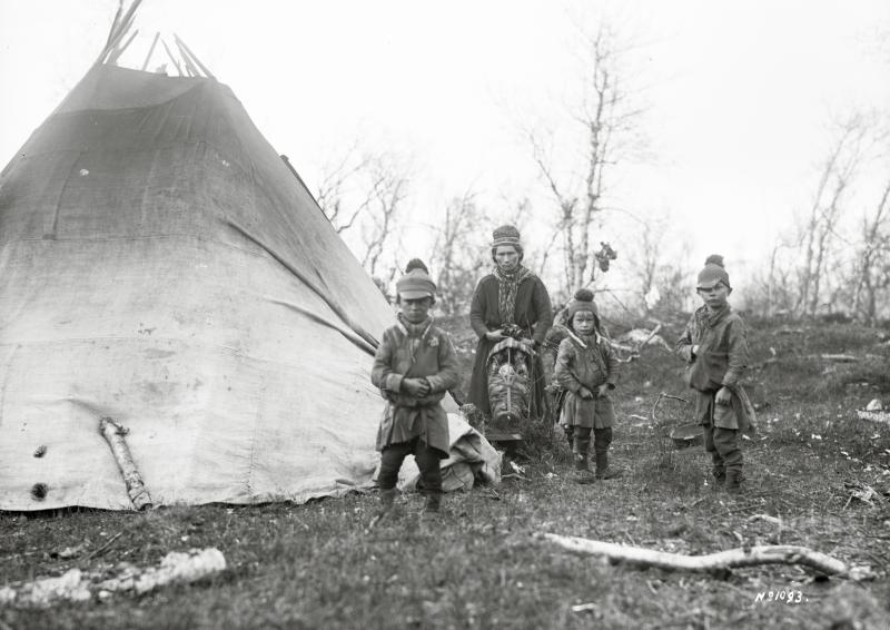 Maria Sunna med barnen utanför kåtan i Björkliden den 15 juni 1914.
