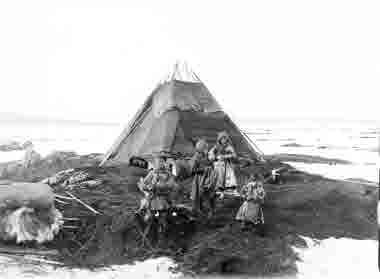 Barn utanför kåtan 1906.